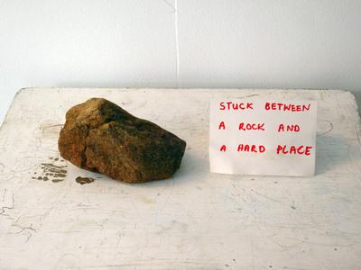Zaglavljeni između stijene i tvrdog mjesta :)